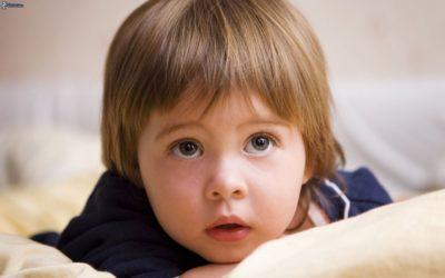 Lo sviluppo del bambino dalla nascita ai 3 anni: quali sono i campanelli di allarme?